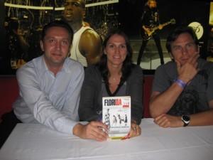 На снимке: (слева направо) Борислав Гуляев, Светлана Абросимова и Валерий Зелепукин. На переднем плане – журнал «Флорида».