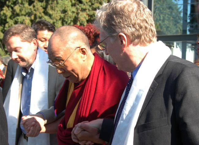 Экхарт Толле, Далай-Лама иКен Робинсон наВанкуверском саммите мира.