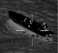 На снимке с вертолета видно, как контрабандисты выбрасывают свой товар за борт