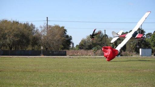 Дед Мороз на дельтаплане против деда на самолете