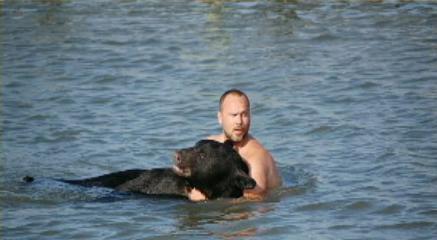Медведь и охнуть не успел, как на него Адам насел