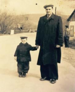 доктор М. С.Росин на прогулке со своим младшим сыном. Дагомыс, зима 1956 г.