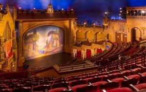 Театр со звездами на сцене и на куполе