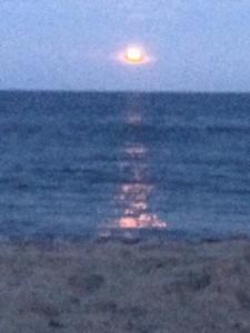 А море, а море целуется с луною