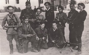 Абба Ковнер (в центре) с отрядом.