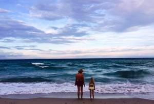 Бабушка, внучка и океан...