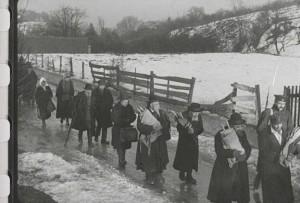 Члены еврейской общины покидают город, унося свитки Торы.