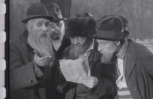 Евреи читают указ о депортации.